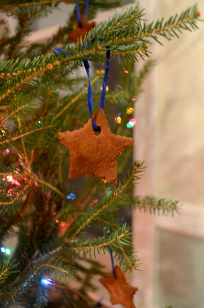 Mkaing Cinnamon Applesauce ornaments - easy and make everything smell delicious!