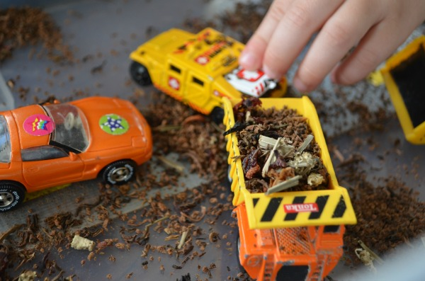 Construction vehicle sensory bin - great pretend play for toddlers!