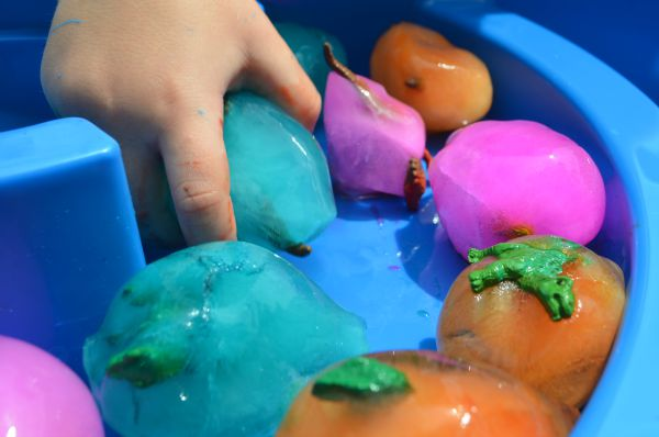 FUN dinosaur activities -How to melt frozen dino eggs. Great sensory and science activity!