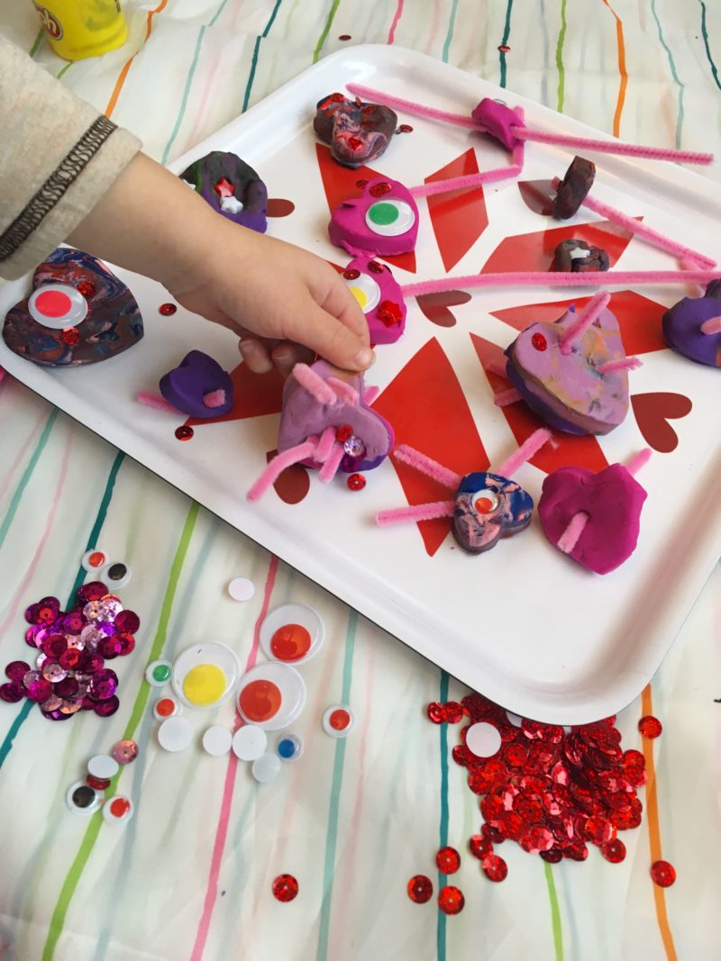 Make your own play dough heart decorating kit. Fun busy bag for preschool!